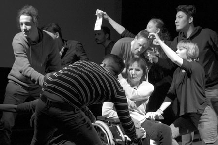 Klosettphilosophie spiuelt im Kinder-und Jugendtheater Frankfurt